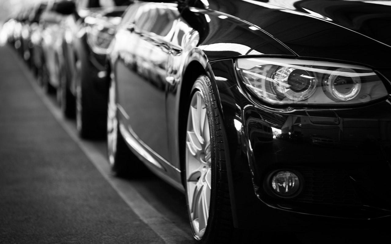 Parkerade bilar efter väg
