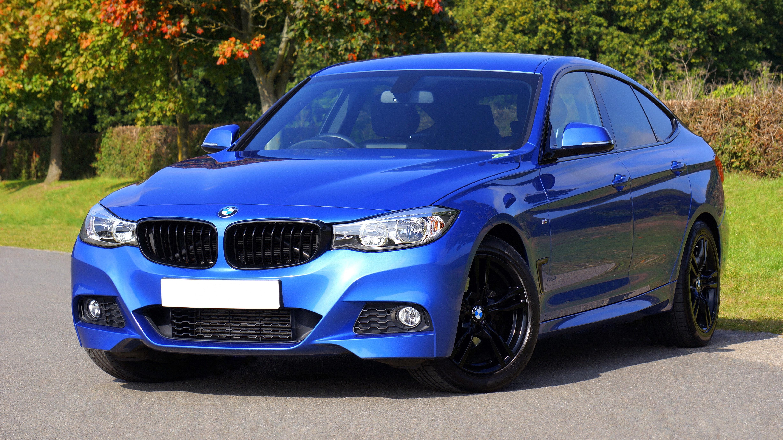 En blå BMW